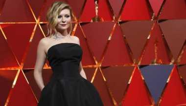 OSCAR 2017: Hadiri Oscar, Kirsten Dunst Pilih Kenakan High Heels Usang