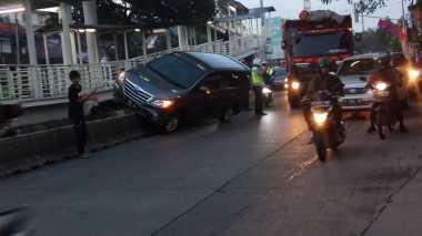 Duh! Mobil Tabrak Separator Busway di Halte Transjakarta Jati Padang