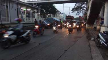 Mobil Tersangkut di Separator Busway di Pasar Minggu, Lalin Macet 3 Km