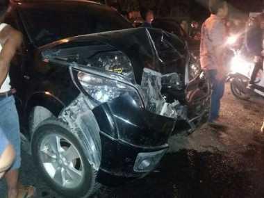 Diduga Rem Blong, Truk Tabrak Lima Mobil hingga Ringsek