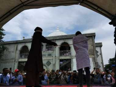 4 Pasangan Ilegal Dicambuk di Aceh, Perempuannya Histeris Sang Pria Pingsan