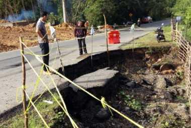 Hati-Hati! Jalan Lintas Sumatera di KM 12 Ambles