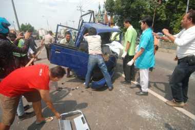 Jalan Berlubang, Pengendara Mobil Pikap Tewas di Mojokerto