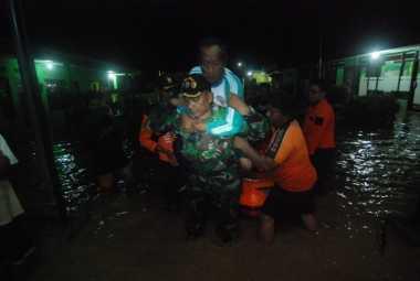 Kantor Balai Desa Terendam, BPBD Jombang Dirikan Tenda Darurat