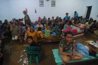 Korban Banjir Jombang Mulai Kelaparan, BPBD Buka Dapur Umum di Kantor Kecamatan