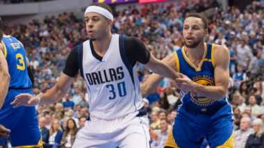 Golden State Warriors Bantai Dallas Mavericks di America Airlines Center