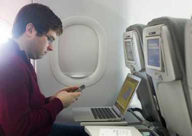 AS Larang Penumpang Pesawat Bawa Peralatan Elektronik ke Kabin, Kenapa Ya?