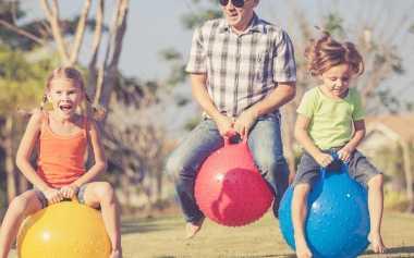 Hanya di Hari Libur Para Ayah Bisa Lakukan Ini pada Anaknya! Apa Saja Ya?