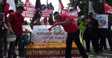 Ngeri! Bawa Peti Mati, Gabungan Aktivis Desak Ungkap Korupsi E-KTP