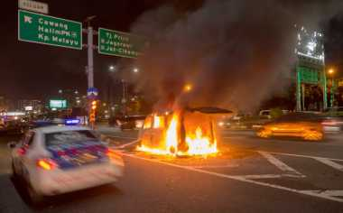 Kendaraan Operasional Polsek Cisaat Terbakar di Halaman Masjid