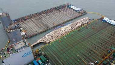 Tenggelam 2014, Butuh Waktu Semalaman untuk Mengangkat Kapal Feri Sewol dari Dasar Laut Korsel