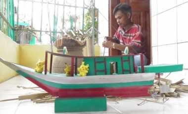 Hermansyah, Mantan Pengedar Narkoba Kini Jadi Pengrajin Miniatur Perahu Layar