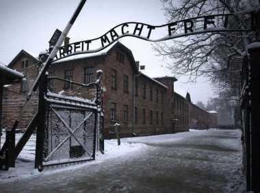 Duh, Sekelompok Orang Bugil Berkumpul di Kamp Konsentrasi Nazi