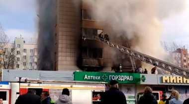 VIDEO: Pejalan Kaki Berusaha Selamatkan Bocah yang Terjebak Kebakaran di Moskow