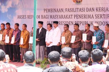 Presiden Jokowi Serahkan 1.158 Sertifikat Tanah untuk Masyarakat Sumut