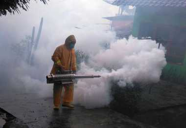 Di Bawah Rintik Hujan, Rescue Perindo Fogging Ratusan Rumah di Semarang