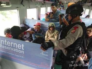 Antisipasi Bentrok, Suporter Persija Dikawal Brimob saat Kembali ke Jakarta