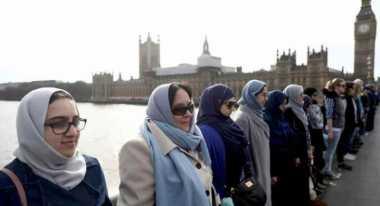 Kenang Korban Teror London, Puluhan Perempuan Gandengan Tangan di Jembatan Westminster