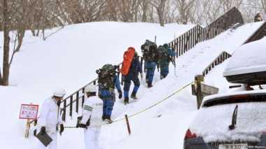 VIDEO: Di Tengah Angin Kencang, Petugas Lakukan Pencarian Korban Longsor Salju di Jepang