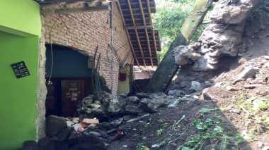 Longsor Jebol Tembok Rumah Warga di Sleman