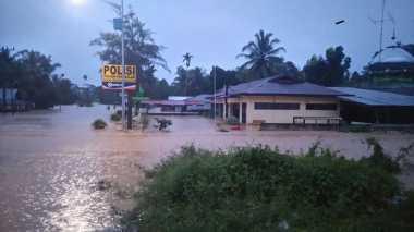 Astaga! 8 Rumah di Mojokerto Ambruk & Terseret Arus Sungai Klorak