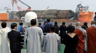 Jenazah Korban Hilang Ditemukan dari Bangkai Kapal Feri Sewol
