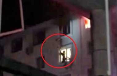 VIDEO: Mencengangkan, Petugas Damkar Selamatkan Perempuan dari Apartemen yang Terbakar