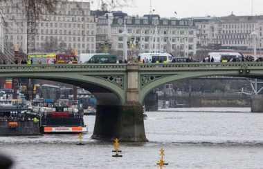 VIDEO: Begini Aksi Nekat Perempuan yang Terjun ke Sungai di Tengah Peringatan Seminggu Teror London