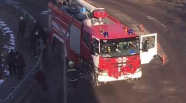 Ngeri! Truk Pemadam Kebakaran Tabrak Kerumunan Orang di Halte Bus Rusia