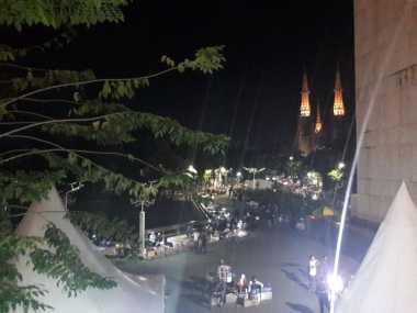 Hingga Malam, Masjid Istiqlal Diramaikan Pedagang Kaki Lima