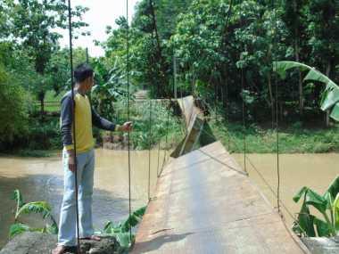 Banjir Bandang Terjang Jembatan Tua Kali Obe, Dua Siswa Hanyut