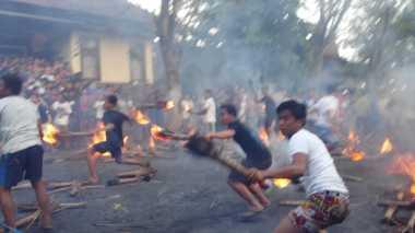 Pasca Nyepi, Warga Karangasem Gelar Tradisi 'Perang Api'