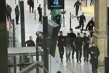 Polisi Amankan Seorang Pria yang Bawa Senjata Tajam di Stasiun Paris