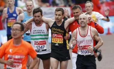 VIDEO: Salut! Peserta London Marathon Bantu Sesamanya yang Kelelahan
