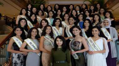 MISS INDONESIA 2017: Asyik! Para Finalis dan Miss Indonesia 2017 Mendapat Cendera Mata dari Miss World 2016