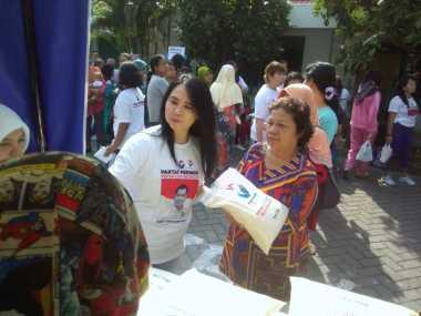 Horee... Kartini Perindo Jatim Salurkan Beras Murah
