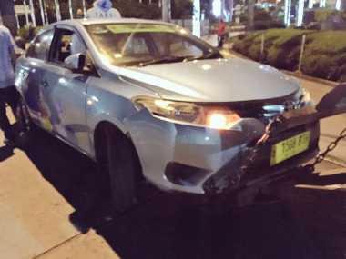 Bruk! Taksi Tabrak Pembatas Jalan di Depan Gedung Bursa Efek Jakarta