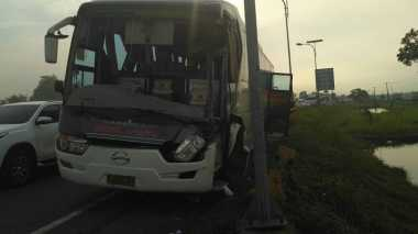 Bus Tabrak Truk di Tol Cikampek Arah Jakarta, Lalin Macet 3 Km