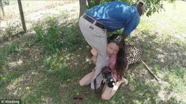 VIDEO: Ngeri! Cheetah Ini Berikan Pelukan Pada Seorang Gadis Cantik