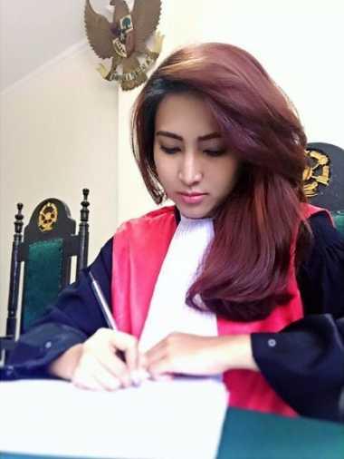 """HOT THREAD (1): Ssstt... Hakim Cantik Ini Bikin Cowok-Cowok Rela """"Disidang"""""""