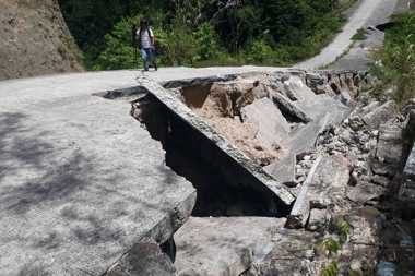 Duh, Habiskan Dana Rp5,9 Miliar, Jalan ke TPA di Desa Pelawi Ambrol