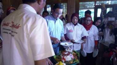 Sambangi Rumah Anies, Relawan Abdi Rakyat Bawa Roti Buaya & Nasi Tumpeng