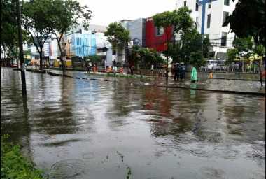 Banjir Setinggi 50 Cm, Jalan Depan Gandaria City Lumpuh