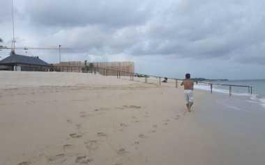 Balai Konservasi Perairan Bersihkan Sampah di Pantai Kupang
