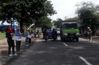 Gara-Gara di PHK Tanpa Pesangon, Ratusan Buruh Galang Koin Keprihatinan