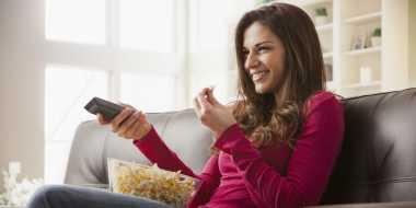 4 Alasan Mengapa Sebaiknya Anda Tidak Makan Sambil Nonton TV