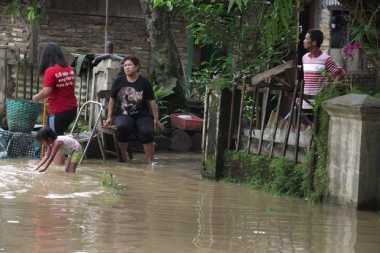 Warga Bantaran Sungai Bengawan Solo Ikuti Simulasi Penanganan Korban Banjir