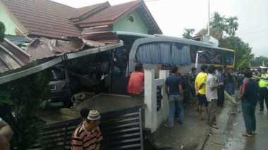 Hindari Lubang, Bus Seruduk Rumah Warga