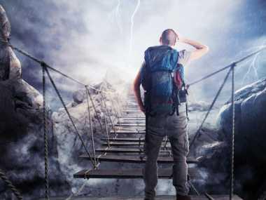 Tips Hindari Risiko Tersambar Petir ketika Mendaki Gunung