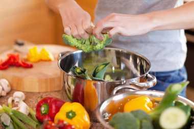 Moms, 6 Cara Memasak Sehat Ini Bisa Turunkan Kadar Kolesterol